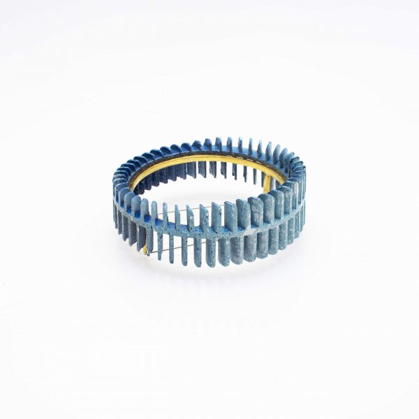 Brooch in blue colour and gold tension setting