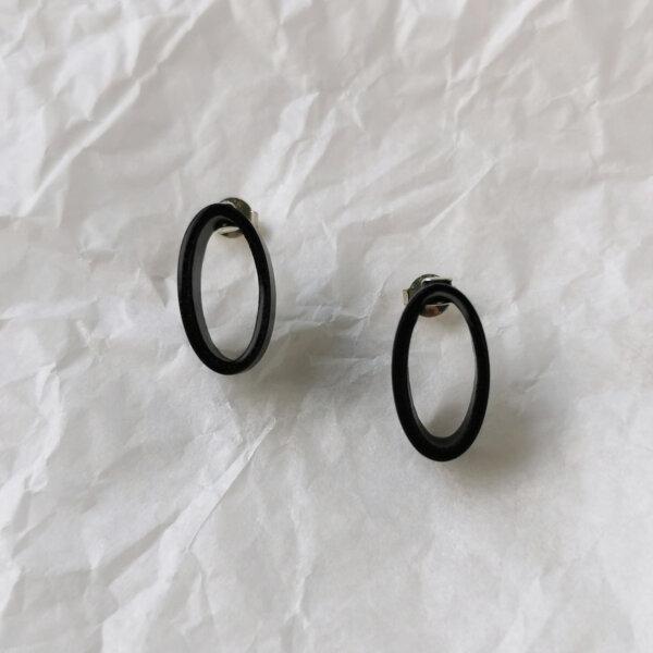 Oval earrings in black